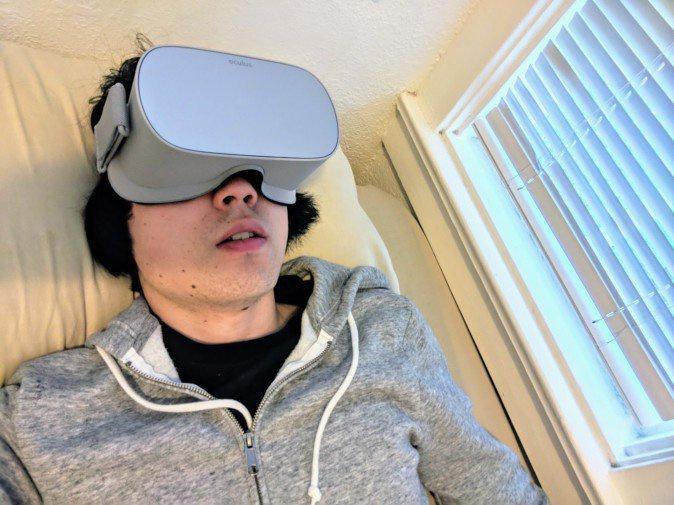 寝転んでNetflixを観ると、 VRの未来が見える