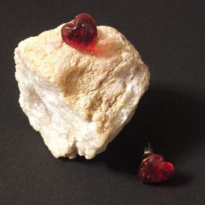 赤いハートピアス