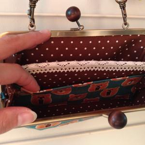 首から提げられる長財布(オタベッくま)