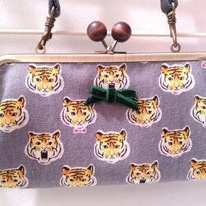 首から提げられる長財布(タイガー)