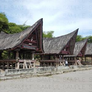 船状屋根の家屋と民族衣装:写真素材集