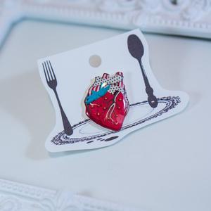 果汁滴るいちごの心臓/ピンブローチ